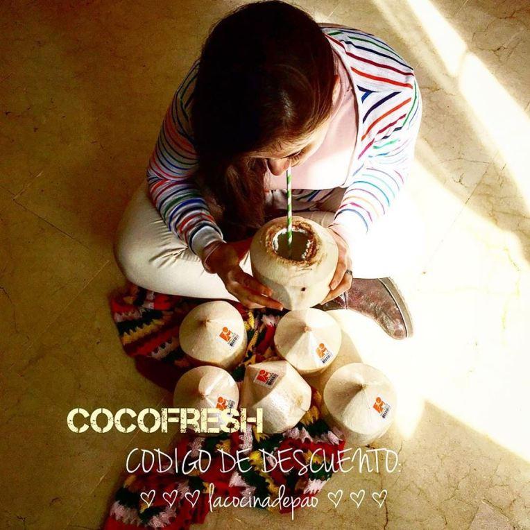 paola tomando agua de coco